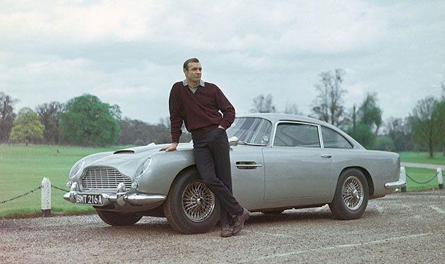 Fan Jamesa Bonda przerobił auto i zaatakował policjantów