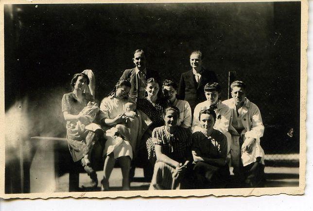 Więźniowie funkcyjni szpitala na dziedzińcu kobiecego oddziału Pawiaka