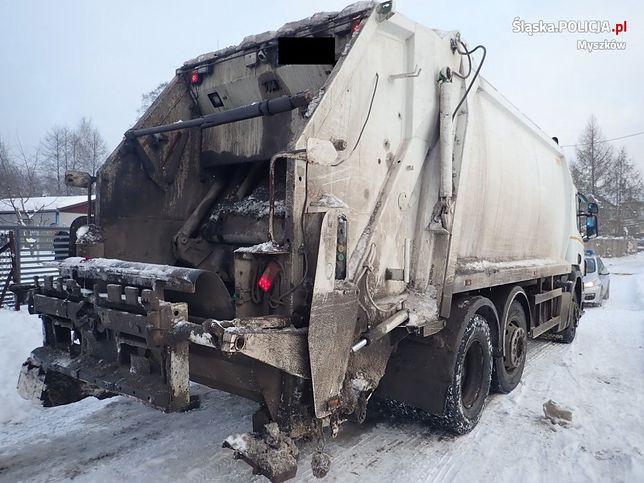 """Śląskie. W Myszkowie 58-letni mężczyzna został przygnieciony przez """"śmieciarkę"""" do słupa energetycznego."""