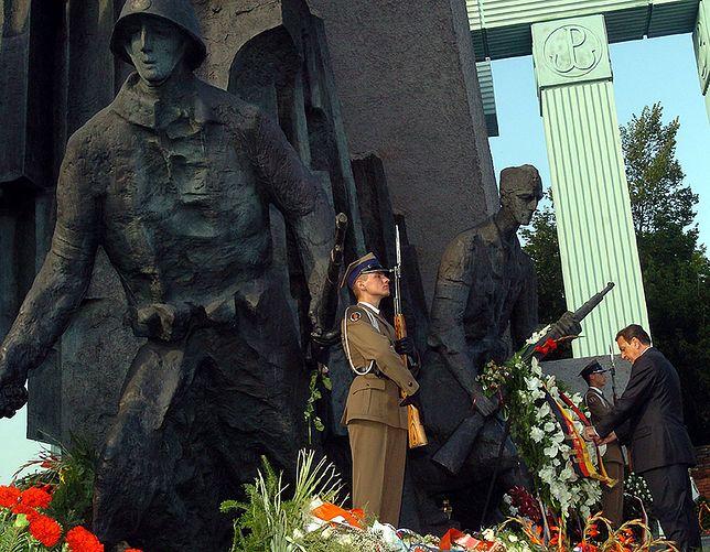 Złożenie hołdu Powstańcom przez kanclerza Niemiec Gerharda Schroedera pod Pomnikiem Powstania Warszawskiego w 2004 roku