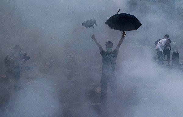 """Prodemokratyczne protesty nazywane są """"Parasolkową rewolucją"""""""