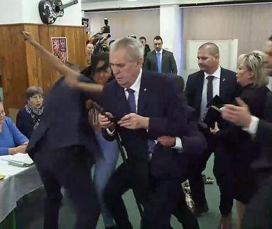 """Aktywistka """"Femenu"""" zakłóciła oddawanie głosu przez Milosa Zemana, prezydenta Czech"""