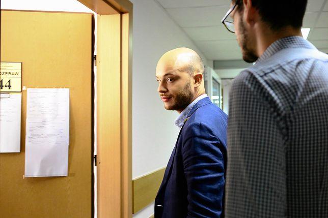 Jan Śpiewak na sądowym korytarzu przed rozprawą