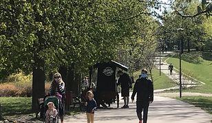 W Parku Szczęśliwickim pojawili się pierwsi spacerowicze.