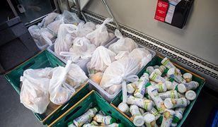 Koronawirus. Warszawa. Osoby bezdomne otrzymują paczki żywnościowe