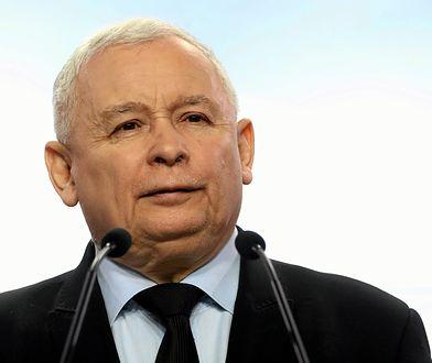 Prezes PiS Jarosław Kaczyński nie lubi wiernopoddańczych hołdów, składanych mu przez niektórych wyznawców.