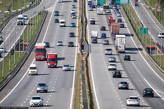 Warunkiem naliczenia premii jest przejechanie z włączoną aplikacją  minimum 200 km w miesiącu (w tym czasie uruchamiając aplikację w trakcie co najmniej 5 różnych dni i pokonując danego dnia minimum 10 kilometrów).