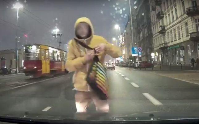 """""""Bezmyślni piesi w centrum Warszawy"""" [WIDEO]"""