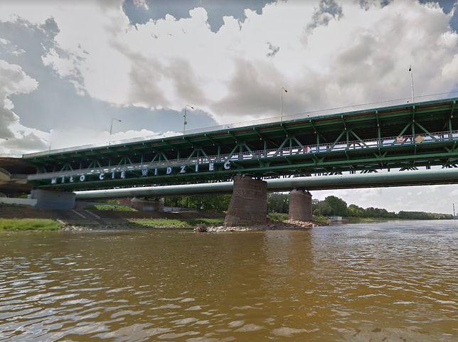 Warszawa. Tonie ogromna barka na Wiśle