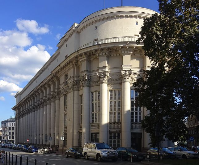 Dawna siedziba banku PKO w Krakowie. Widok od północnego zachodu, od strony ul. Wielopole