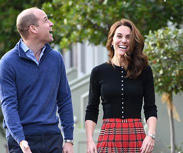 Księżna Kate na przyjęciu w pałacu Kensington. Obsypano ją sztucznym śniegiem