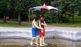 Słynna fontanna Jaś i Małgosia w Ciechocinku przynosi szczęście w miłości