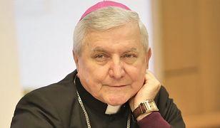 Biskup Edward Janiak łamie papieski zakaz? Media: był widziany w Kaliszu