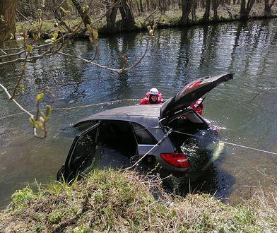 Tragiczny wypadek w Juszkowie. Auto z impetem wjechało do rzeki