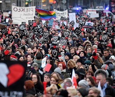 Znane osoby i mocne hasła. Tłumy na Strajku Kobiet w Warszawie [ZDJĘCIA]