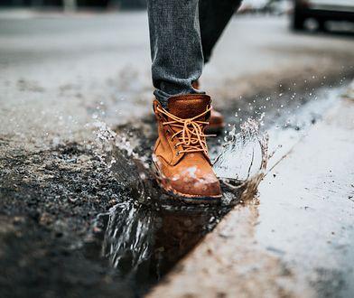 Jak poradzić sobie z przemoczonymi butami? Wybierz odpowiedni sposób, by ich nie zniszczyć