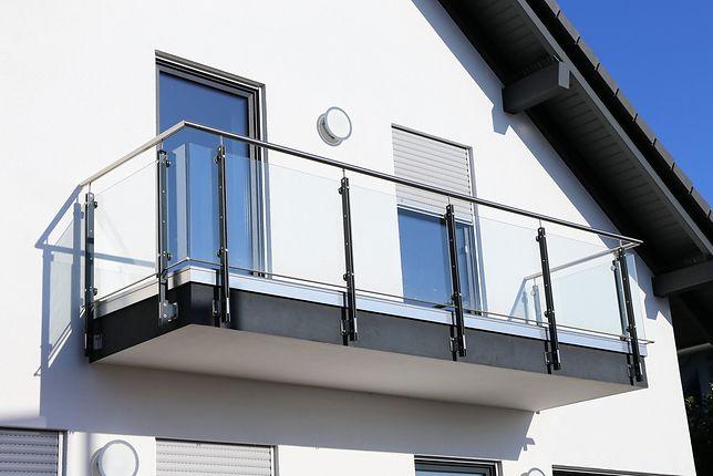Matka zostawiła chłopca na balkonie mieszkania na trzecim piętrze i... wyszła do sklepu