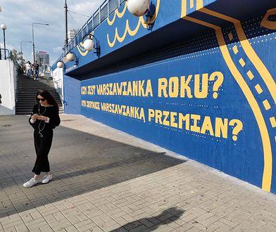 Warszawa. Nowe banery z tajemniczymi pytaniami przed wejściem do stacji Metro Centrum