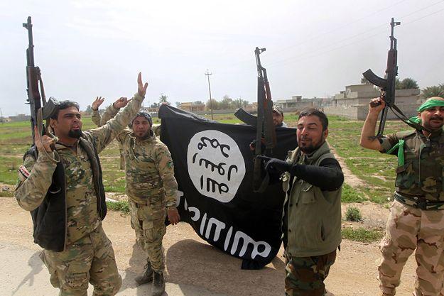 Irakijczycy walczący z Państwem Islamskim, świętują odbicie z rąk dżihadystów wioski Albu Adżil, pod Tirkitem