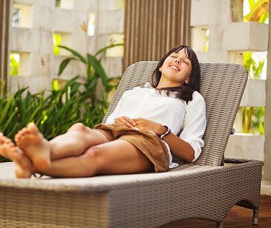 Kobieta relaksująca się na leżaku