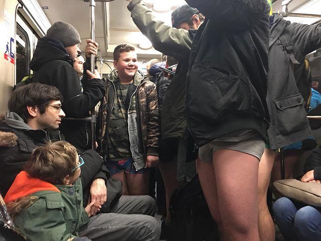 Pojechali metrem bez spodni. Nietypowy happening w Warszawie