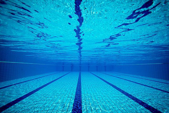 Nastolatek utonął na basenie. Trwały zajęcia dla ratowników