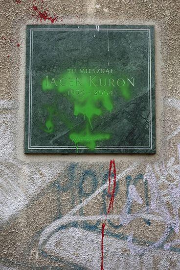Zdewastowali tablicę poświęconą Kuroniowi
