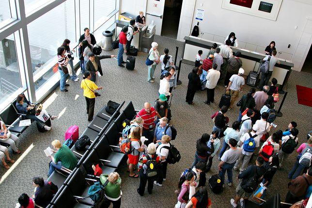 Ich spotkach na lotnisku - bramkowicz