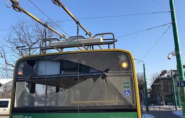 Wybite szyby w miejskim trolejbusie