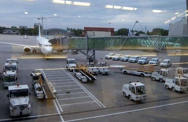 Lotnisko Chopina: samolot zahaczył skrzydłem o rękaw