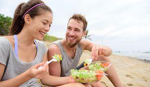 Aby jak najdłużej zachować opaleniznę należy stosować odpowiednią dietę.