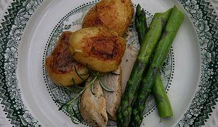 Młode ziemniaki rozmarynowo czosnkowe z cytrynowym kurczakiem i szparagami