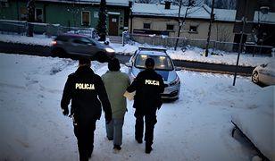 Śląsk. 56-letni mężczyzna pod osłoną nocy wybijał szyby w kamienicy w Mikołowie.