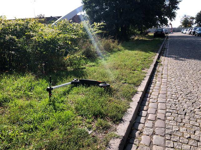 Hulajnoga porzucona w okolicach Biskupiej Górki w Gdańsku