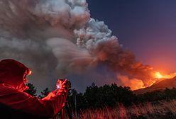 Widowiskowa erupcja wulkanu w Europie. Fontanna lawy i kłęby dymu