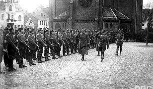 Generał Józef Dowbor-Muśnicki (drugi z prawej) przechodzi przed frontem oddziału 7. Pułku Strzelców Wielkopolskich, rok 1919