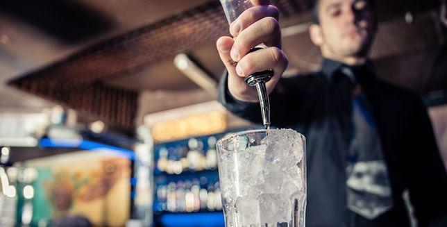 Praca barmana. Alkohol, dziewczyny oraz napiwki - prawda czy mit?
