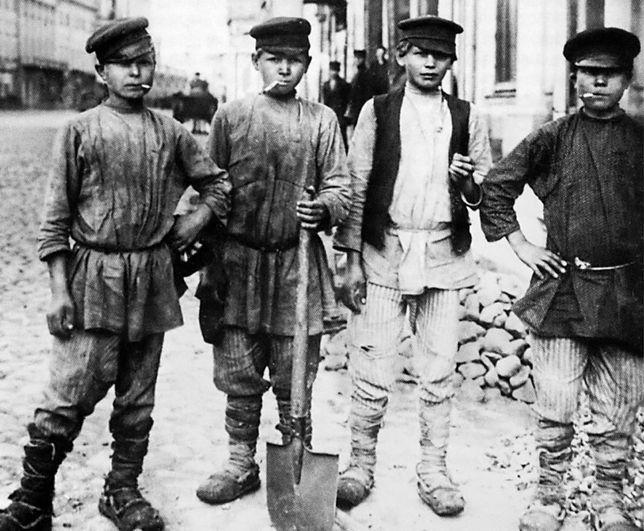Dzieci pracujące przy budowie drogi w Moskwie, początek XX wieku
