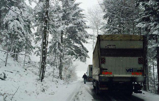 Zima wróciła na Śląsk. Fatalne warunki na drogach