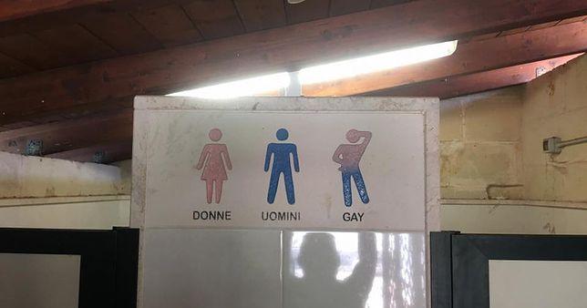 Toaleta tylko dla geja. W tym hotelu trudno o tolerancję