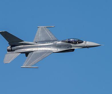 Polskie F-16 eskortują bombowce USA
