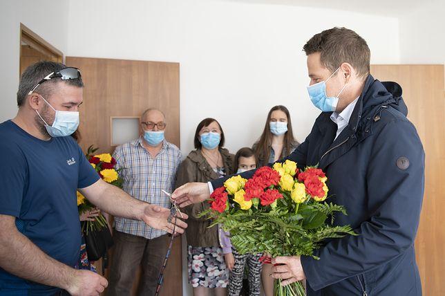 Warszawa. Kolejna rodzina repatriantów otrzymała klucze do mieszkania w stolicy