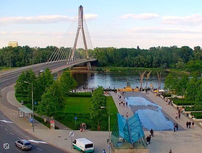 Warszawa. Na prawym brzegu Wisły, przy moście Świętokrzyskim, rowerzysta znalazł zwłoki mężczyzny
