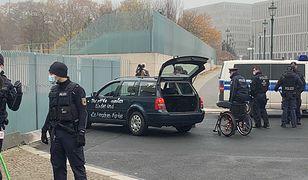 Niemcy. Samochód wjechał w bramę urzędu Angeli Merkel. Na aucie napis