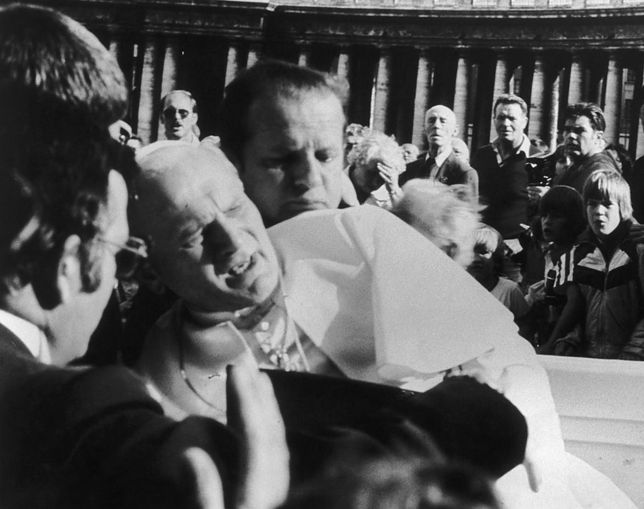 Jan Paweł II mógł zginąć od dwóch strzałów Ali Agcy. Zamach miał miejsce 13 maja 1981 roku, w uroczystość Matki Boskiej Fatimskiej.