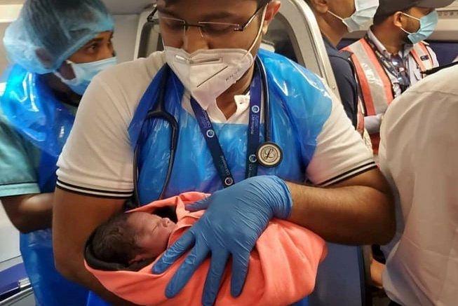 Poród na pokładzie samolotu. Kobieta poleciała, choć była w 8. miesiącu ciąży