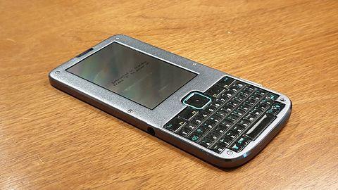 Superbezpieczny (nie)smartfon, dzięki któremu poświntuszycie za podwójnymi zasiekami