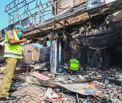 Policjanci oceniają szkody w muzułmańskim sklepie spalonym przez tłum na Sri Lance