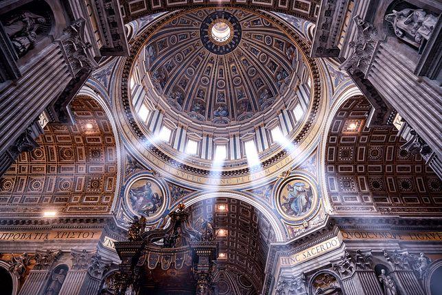 Tynk spadł w Bazylice św. Piotra. Turyści wystraszeni