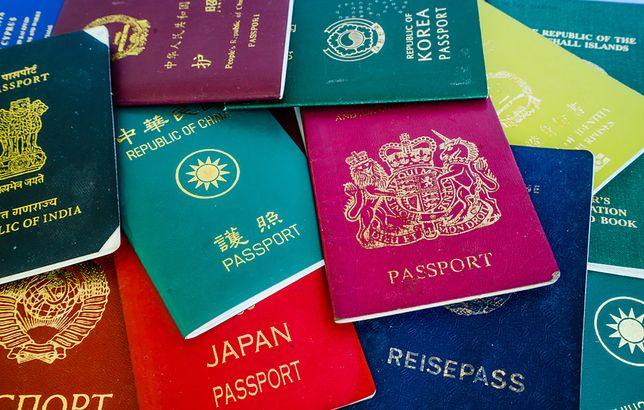 """Najmocniejsze paszporty 2020 r. Polska spada w rankingu """"Henley Passport Index"""""""